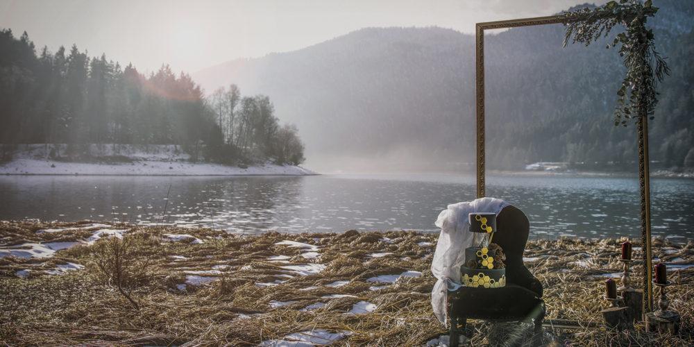 Elopement au bord d'un lac en hiver